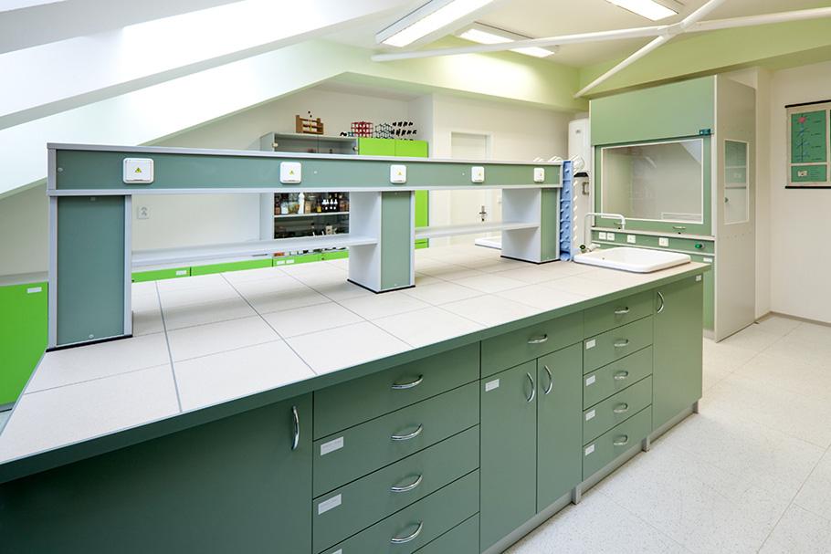 Изображение лабораторных столов и шкафов, нескольких видов, объединенных в один комплекс