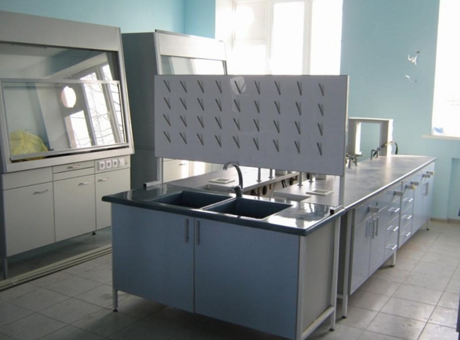 Фото лабораторного комплекса из столов с мойками из нержавеющей стали