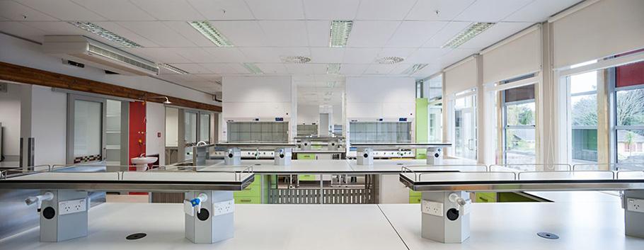 Фото просторной лаборатории