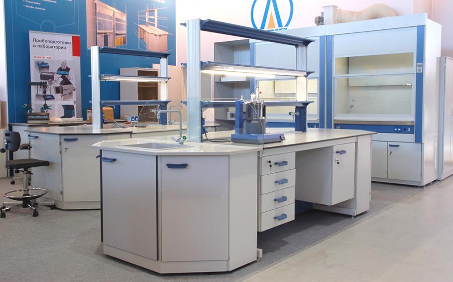 Фотография лаборатории с белой мебелью разных видов